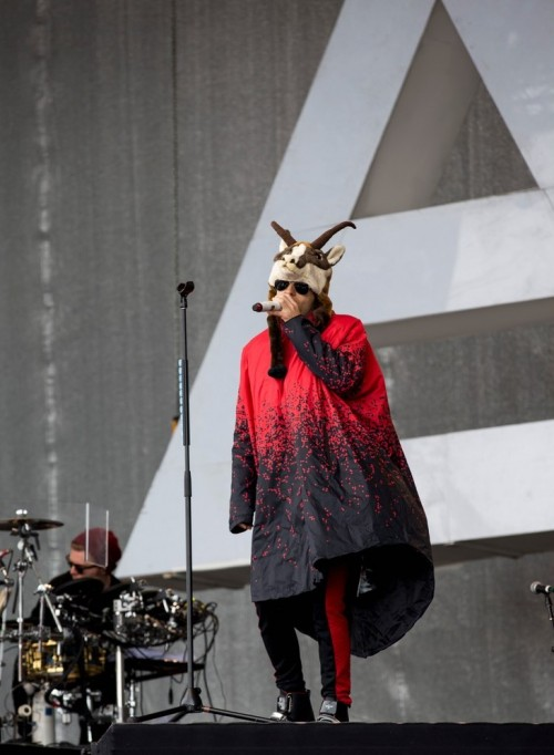 jared-leto-reindeer-hat-thirty-seconds-live-08-e1430761089790